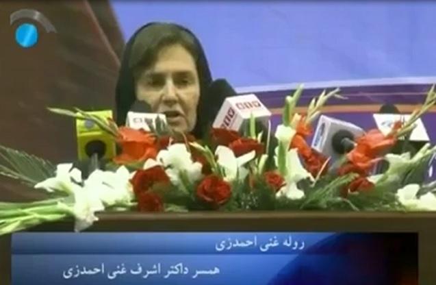 لورا احمدزی بانوی احتمالی اول کشور و همسر غنی احمدزی کاندیدای ریاست جمهوری افغانستان  برای نخستین بار برخیمه لویه جرگه  تابید و درباره حقوق زنان افغانستان سخن گفت !