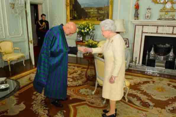 نوع لباس پوشیدن رئیس جمهورافغانستان نیزازبیرون دیکته میشود !!؟