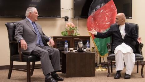 بحضور پذیرفتن دست نشانده گان امریکا درکابل توسط تیلرسون وزیر خارجه در پایگاه هوائی بگرام!